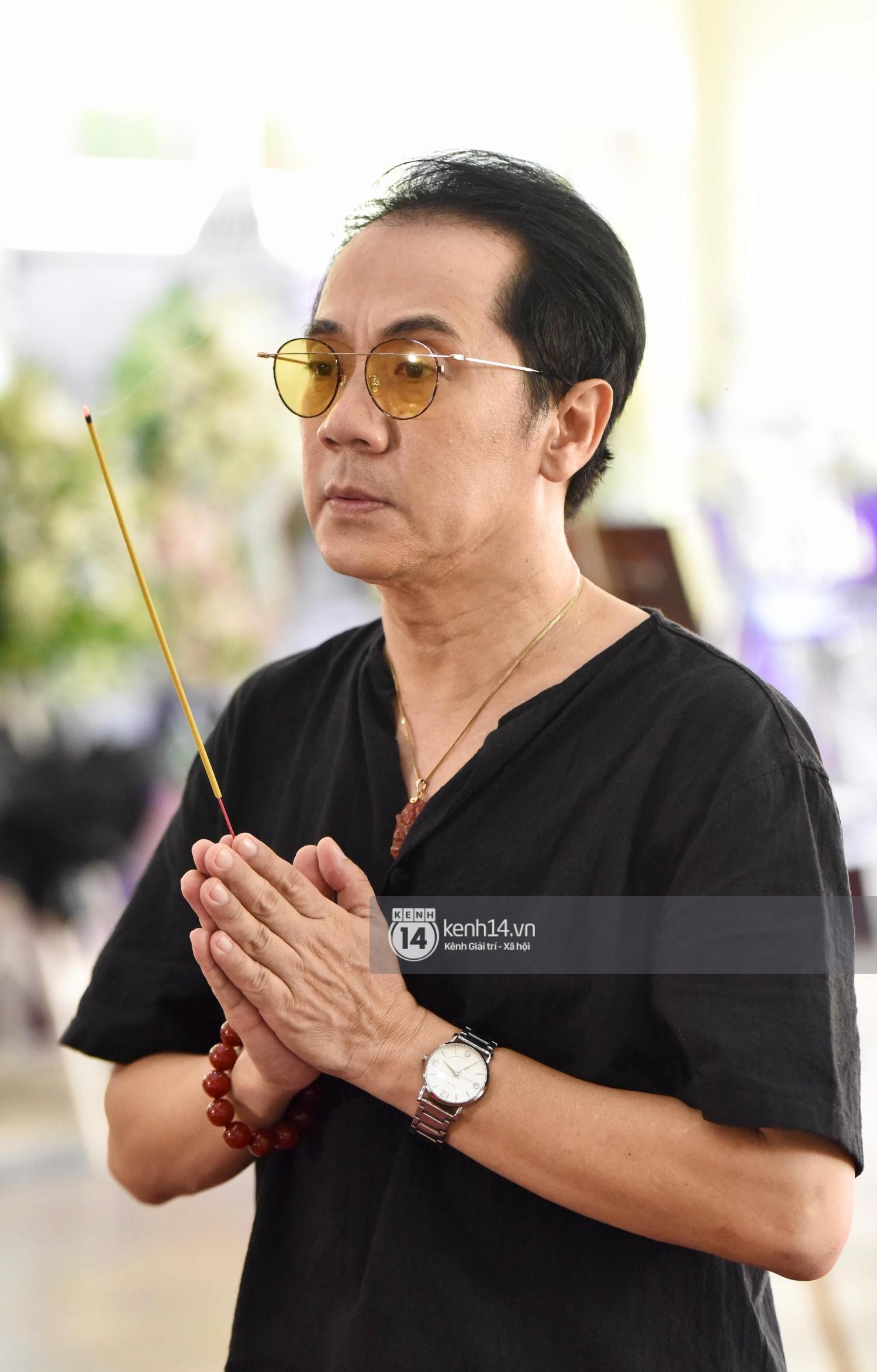 Dàn nghệ sĩ bất chấp mưa lớn tới thắp nhang cho nghệ sĩ Lê Bình trong buổi tối thứ hai tang lễ - Ảnh 11.
