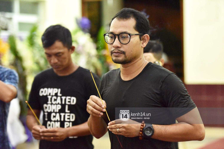 Dàn nghệ sĩ bất chấp mưa lớn tới thắp nhang cho nghệ sĩ Lê Bình trong buổi tối thứ hai tang lễ - Ảnh 2.