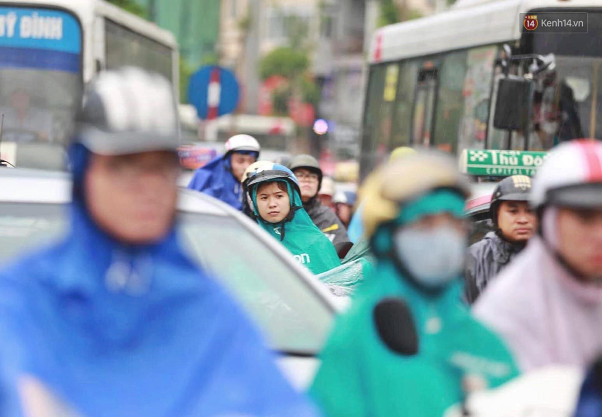 Ảnh: Đường phố Hà Nội tắc nghẽn kinh hoàng trong ngày làm việc đầu tiên sau kỳ nghỉ lễ 30/4 - 1/5 - Ảnh 6.