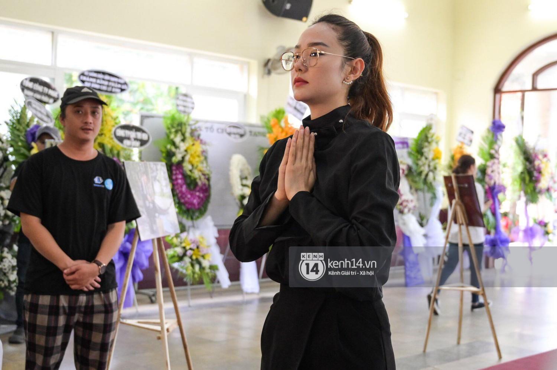 Dàn nghệ sĩ bất chấp mưa lớn tới thắp nhang cho nghệ sĩ Lê Bình trong buổi tối thứ hai tang lễ - Ảnh 13.