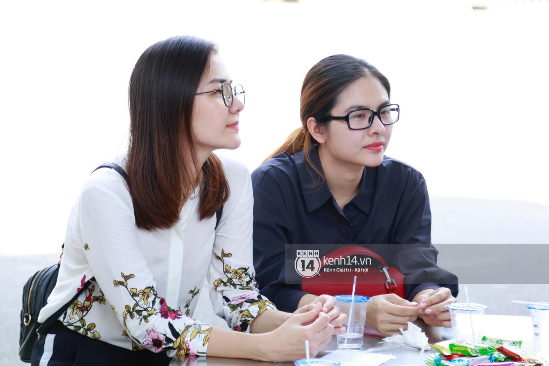 Dàn nghệ sĩ bất chấp mưa lớn tới thắp nhang cho nghệ sĩ Lê Bình trong buổi tối thứ hai tang lễ - Ảnh 20.