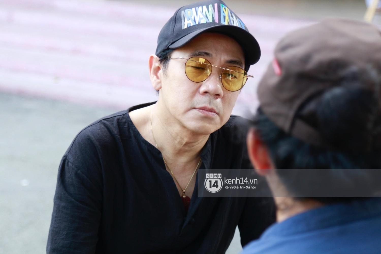 Dàn nghệ sĩ bất chấp mưa lớn tới thắp nhang cho nghệ sĩ Lê Bình trong buổi tối thứ hai tang lễ - Ảnh 12.