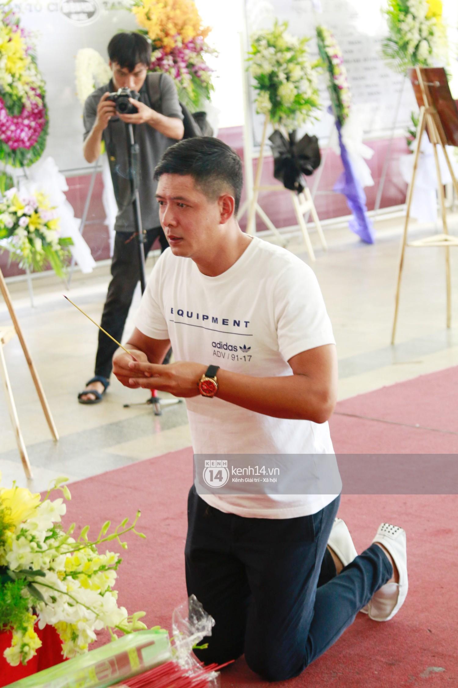 Dàn nghệ sĩ bất chấp mưa lớn tới thắp nhang cho nghệ sĩ Lê Bình trong buổi tối thứ hai tang lễ - Ảnh 16.