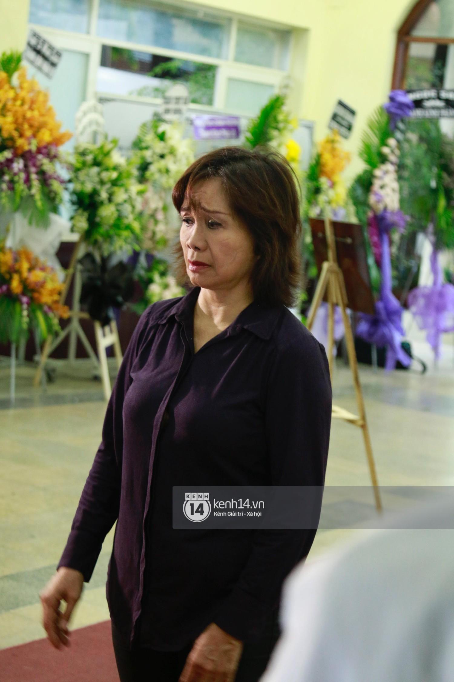 Dàn nghệ sĩ bất chấp mưa lớn tới thắp nhang cho nghệ sĩ Lê Bình trong buổi tối thứ hai tang lễ - Ảnh 10.