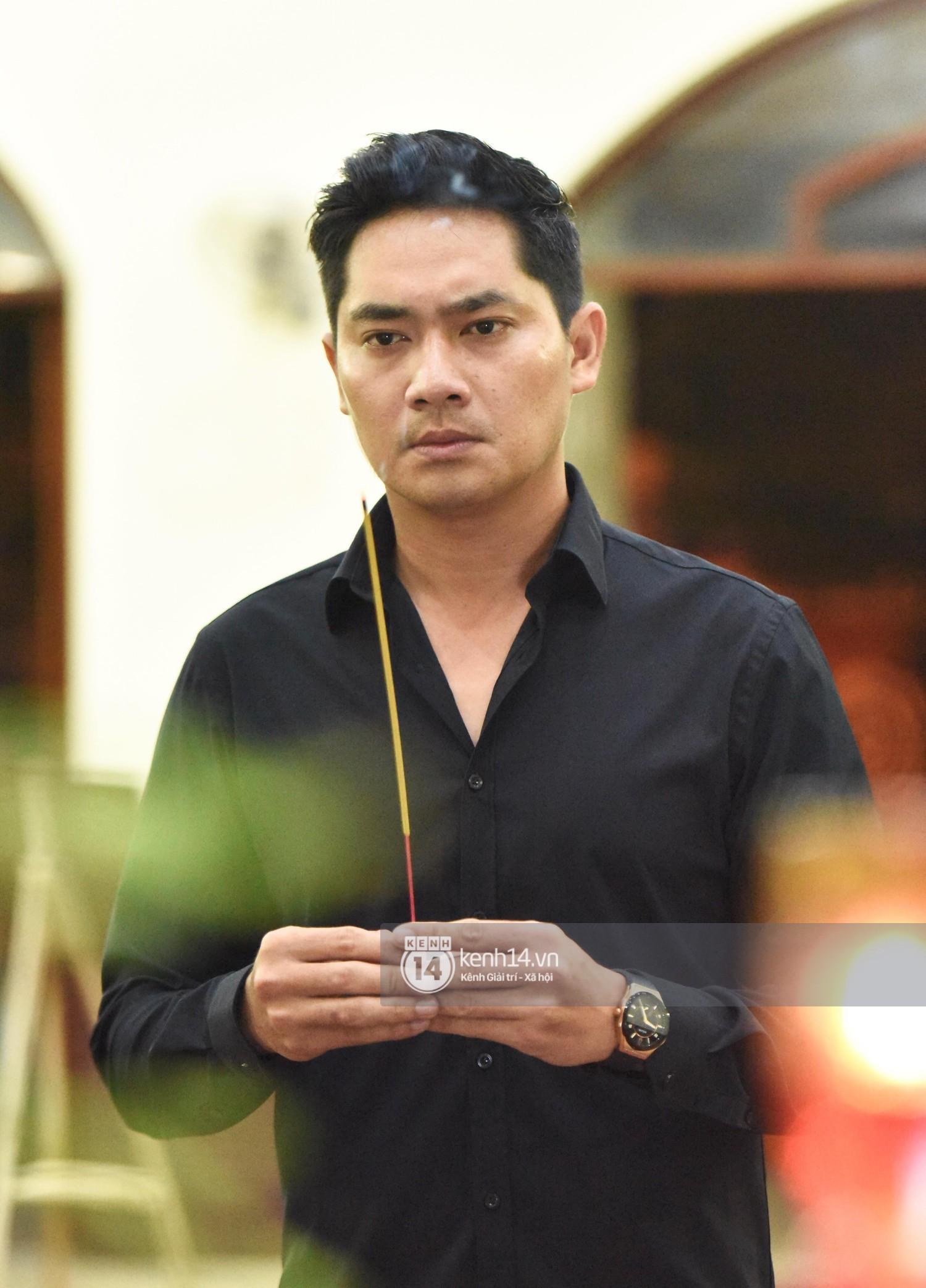 Dàn nghệ sĩ bất chấp mưa lớn tới thắp nhang cho nghệ sĩ Lê Bình trong buổi tối thứ hai tang lễ - Ảnh 4.