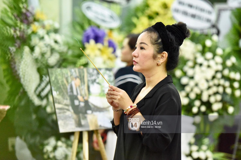 Dàn nghệ sĩ bất chấp mưa lớn tới thắp nhang cho nghệ sĩ Lê Bình trong buổi tối thứ hai tang lễ - Ảnh 1.
