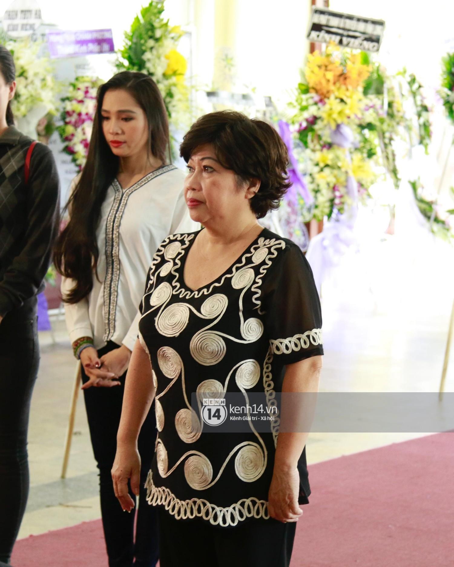 Dàn nghệ sĩ bất chấp mưa lớn tới thắp nhang cho nghệ sĩ Lê Bình trong buổi tối thứ hai tang lễ - Ảnh 15.