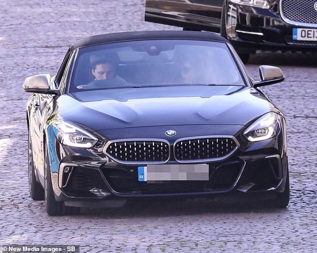 Lâu lắm mới được con trai đón bằng siêu xe, nhưng Victoria Beckham lại có biểu cảm chịu đựng không thể hài hơn - Ảnh 3.