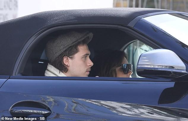 Lâu lắm mới được con trai đón bằng siêu xe, nhưng Victoria Beckham lại có biểu cảm chịu đựng không thể hài hơn - Ảnh 2.