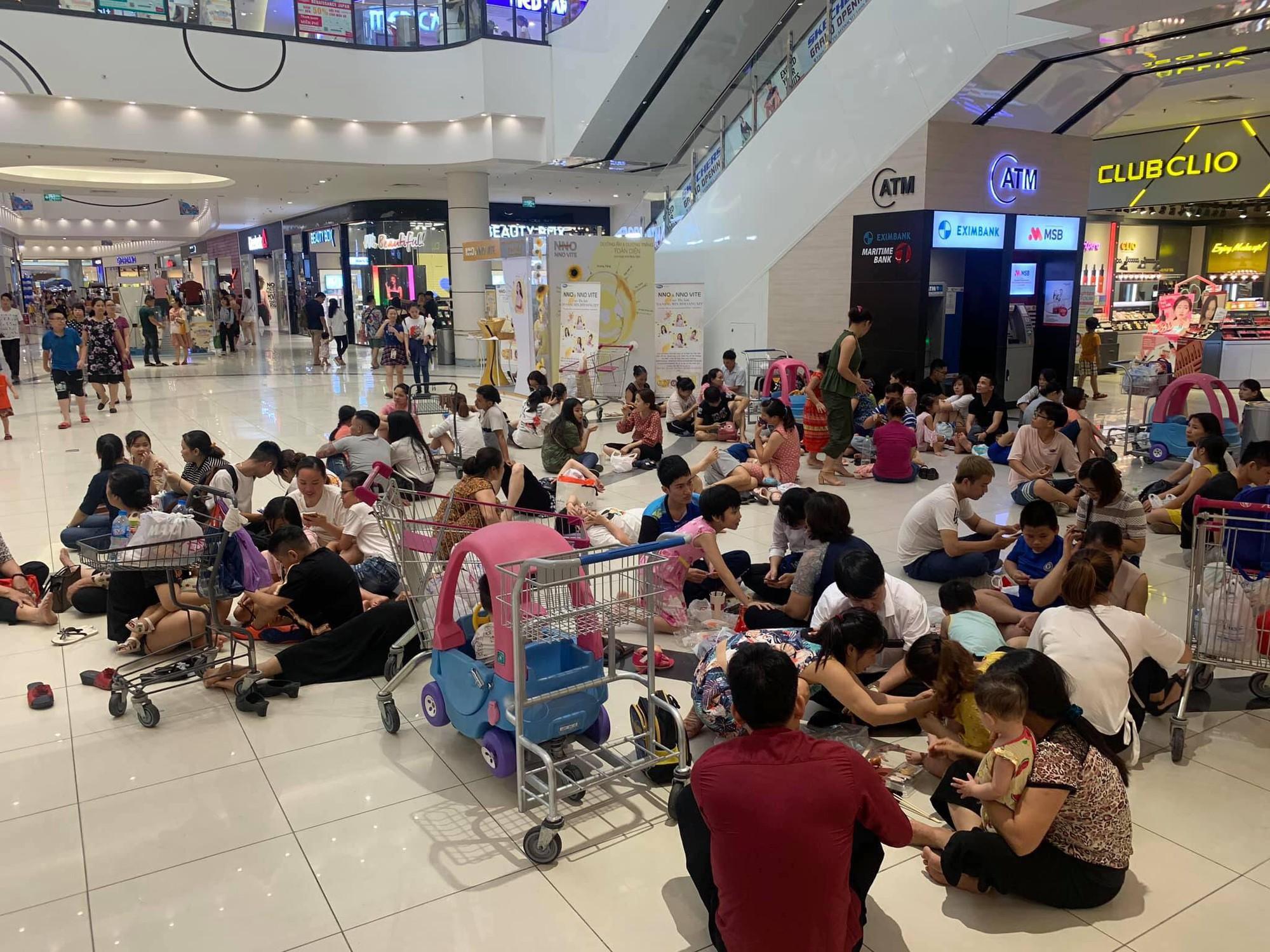 Nhiều người Hà Nội vào nằm ngồi la liệt để tránh nóng, Aeon Mall lập tức bổ sung thêm bàn ghế để phục vụ khách hàng - Ảnh 4.