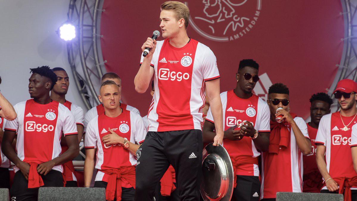 Đội trưởng 19 tuổi đẹp trai như thiên thần của Ajax pose hình cực cute trong album kỷ niệm vô địch Hà Lan - Ảnh 4.