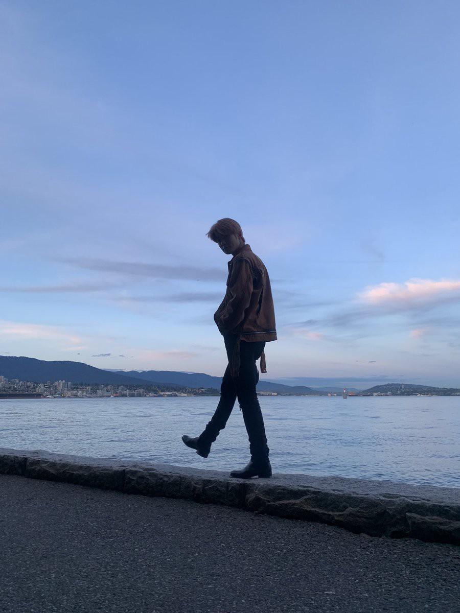 Khoe ảnh du lịch Canada, mỹ nam nhà SM tá hỏa phát hiện bị bàn tay lạ ngoi lên từ biển bám chặt lấy chân - Ảnh 1.