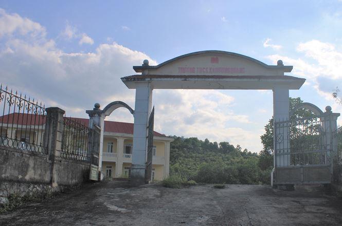 Trường hơn 16 tỷ bỏ hoang người dân tận dụng phơi rơm nuôi gà - Ảnh 1.