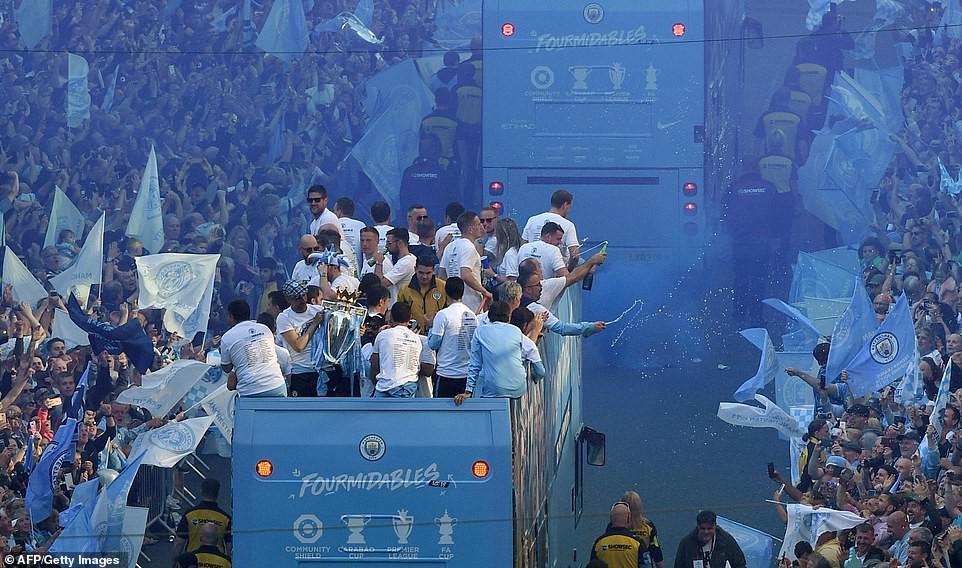 Những khoảnh khắc đẹp trong lễ diễu hành mừng cú ăn 4 danh hiệu nội địa của Man City - Ảnh 6.