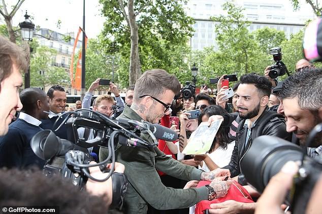 Đặt hình ảnh 2 thế hệ cặp đôi nhà Beckham lên bàn cân: Vợ chồng Vic - Beck thần thái áp đảo cặp đôi của con trai lớn - Ảnh 3.
