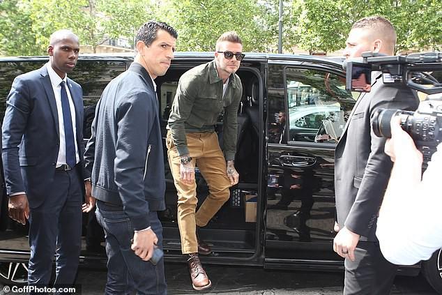 Đặt hình ảnh 2 thế hệ cặp đôi nhà Beckham lên bàn cân: Vợ chồng Vic - Beck thần thái áp đảo cặp đôi của con trai lớn - Ảnh 2.