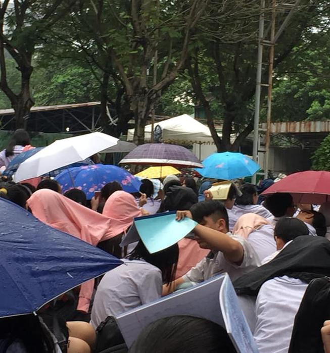 Chịu ướt lấy tay che mưa cho bạn gái trong lễ bế giảng, nam sinh được phong là soái ca quốc dân, nhà nhà ao ước - Ảnh 5.