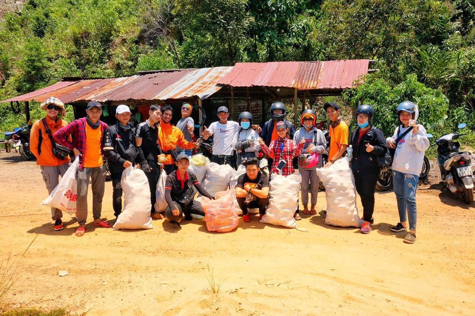 Nhóm bạn trẻ đu dây dọn rác tại vách đá ven biển Nha Trang: Chúng mình không làm để được khen, chỉ thấy hạnh phúc mà thôi - Ảnh 11.