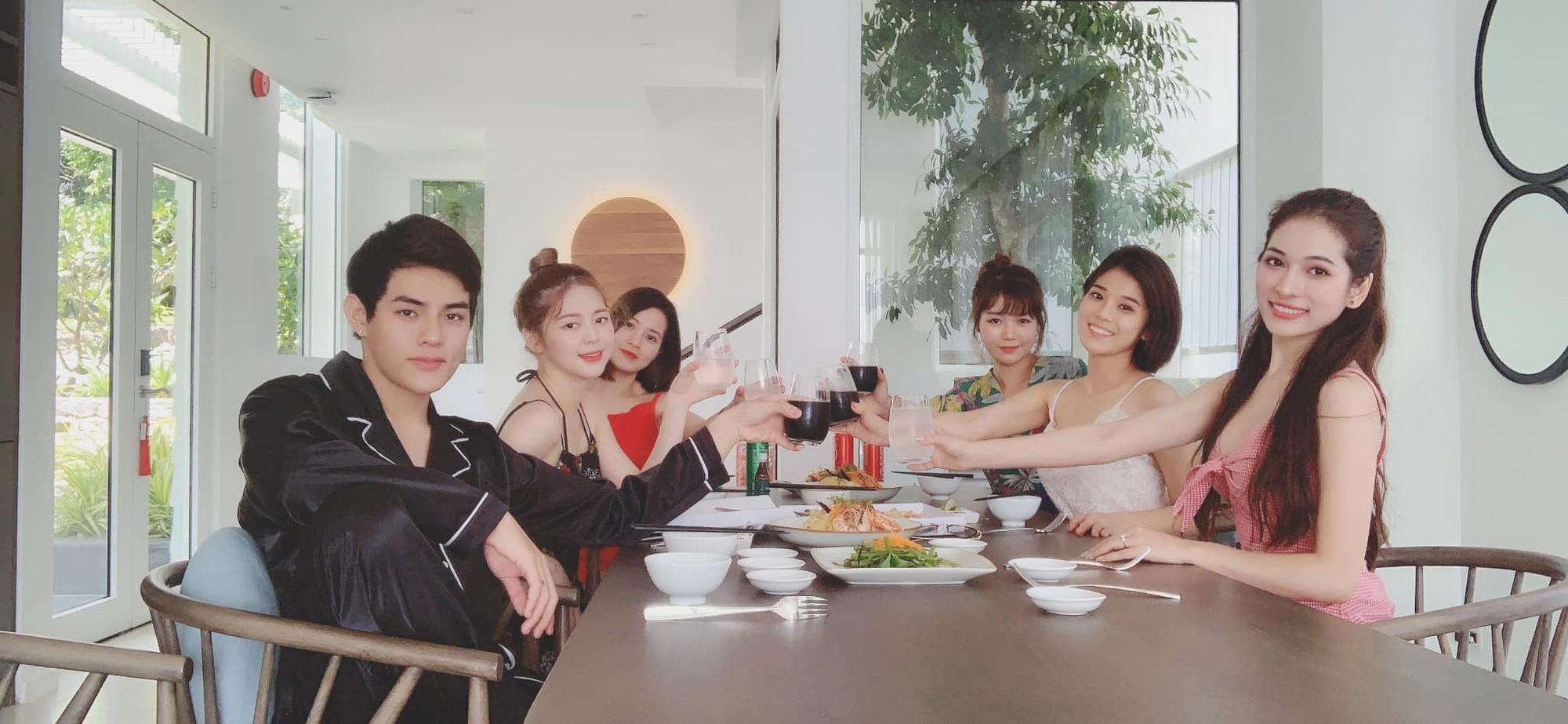 Bạn gái Dương Khắc Linh đưa cả hội bạn thân đi du lịch, tổ chức tiệc độc thân trước ngày cưới - Ảnh 4.