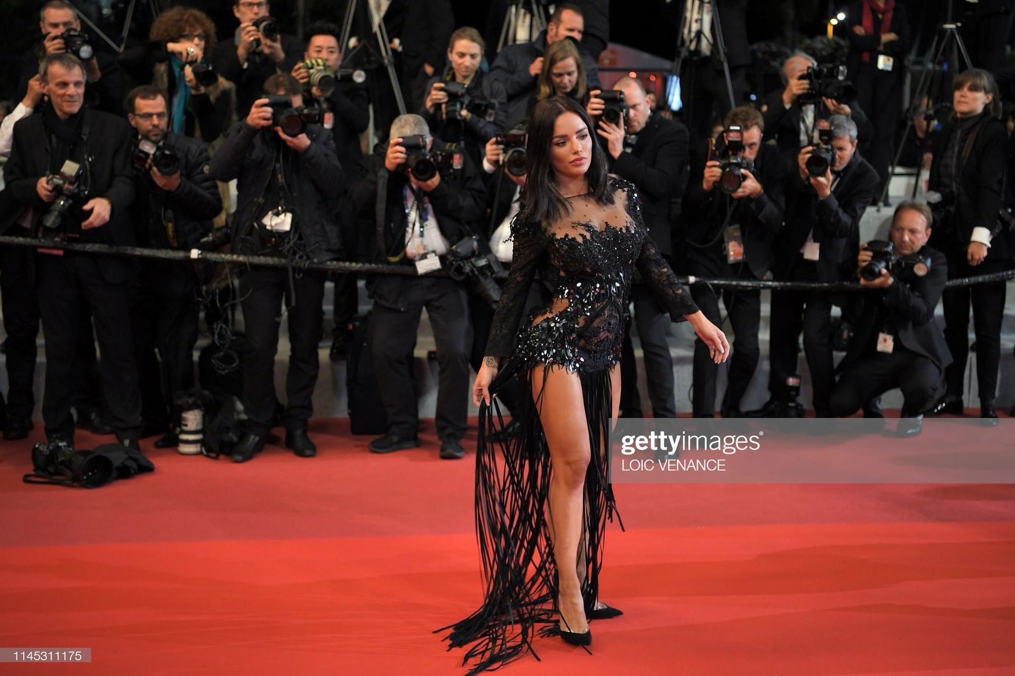 Xuất hiện người đẹp vô danh ăn mặc giống Ngọc Trinh tại Cannes nhưng liệu có đọ được về độ táo bạo, khoe da thịt? - Ảnh 2.