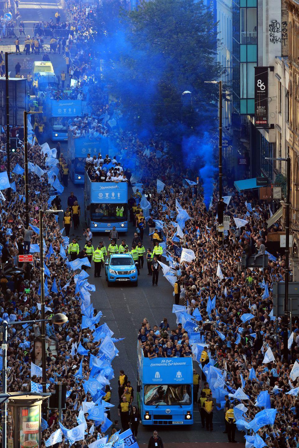 Những khoảnh khắc đẹp trong lễ diễu hành mừng cú ăn 4 danh hiệu nội địa của Man City - Ảnh 4.
