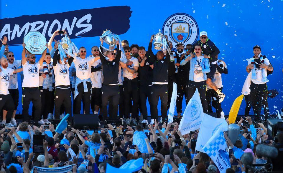 Những khoảnh khắc đẹp trong lễ diễu hành mừng cú ăn 4 danh hiệu nội địa của Man City - Ảnh 11.