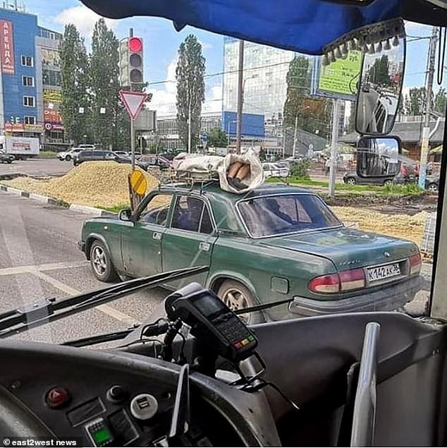 Chỉ có ở Nga: Xác chết được để lên nóc xe hơi chở đi khắp phố khiến người dân khiếp đảm - Ảnh 2.