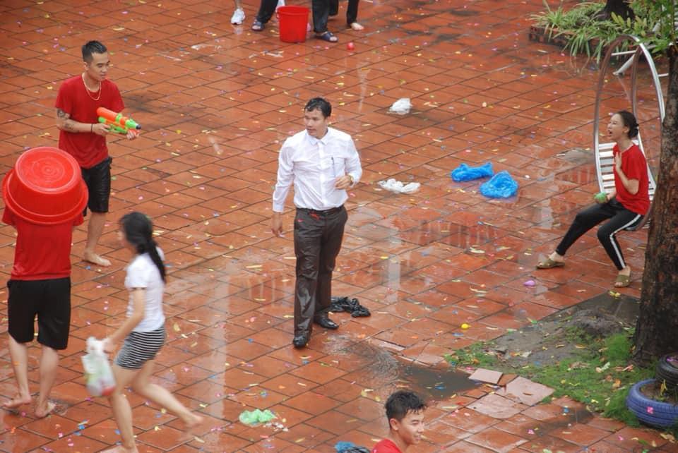 Xuống sân trường quẩy với học sinh ngày bế giảng, thầy hiệu phó bị ụp nguyên xô nước vào người, ướt như chuột lột - Ảnh 1.