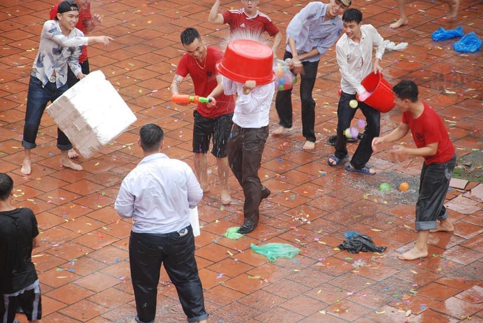 Xuống sân trường quẩy với học sinh ngày bế giảng, thầy hiệu phó bị ụp nguyên xô nước vào người, ướt như chuột lột - Ảnh 2.
