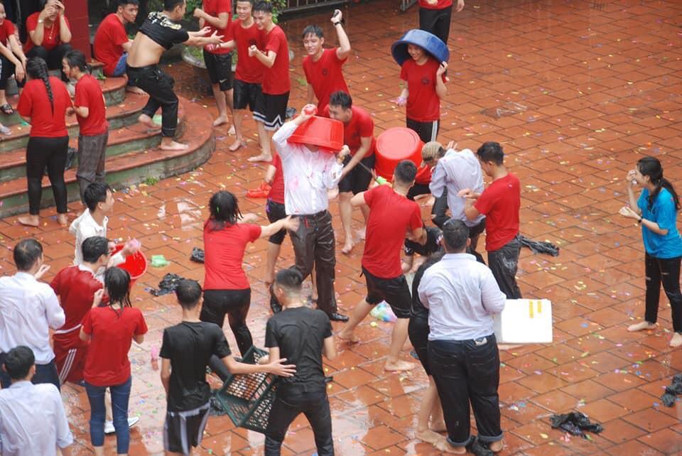 Xuống sân trường quẩy với học sinh ngày bế giảng, thầy hiệu phó bị ụp nguyên xô nước vào người, ướt như chuột lột - Ảnh 3.