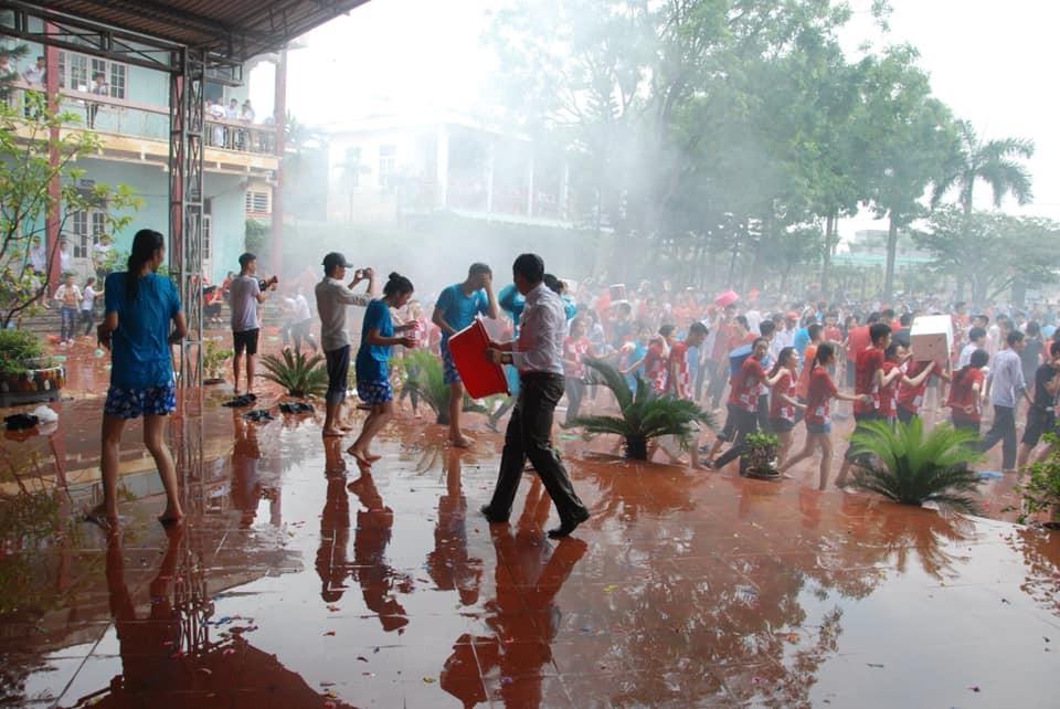 Xuống sân trường quẩy với học sinh ngày bế giảng, thầy hiệu phó bị ụp nguyên xô nước vào người, ướt như chuột lột - Ảnh 4.