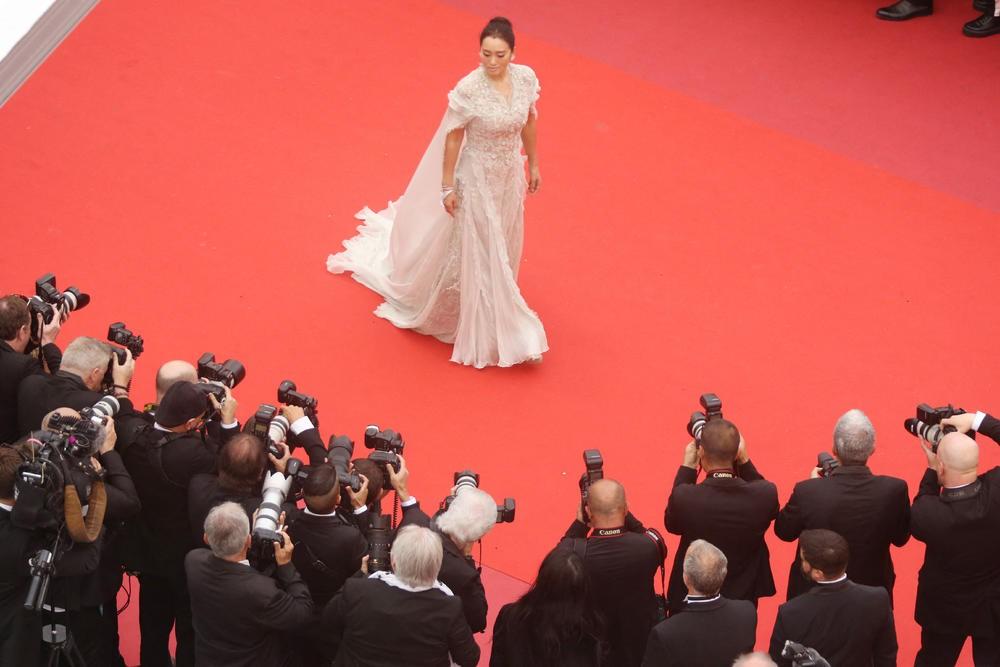 Chẳng cần hở hết mình, 2 mỹ nhân quyền lực Cbiz này kín như bưng nhưng vẫn giật trọn spotlight Cannes - Ảnh 8.