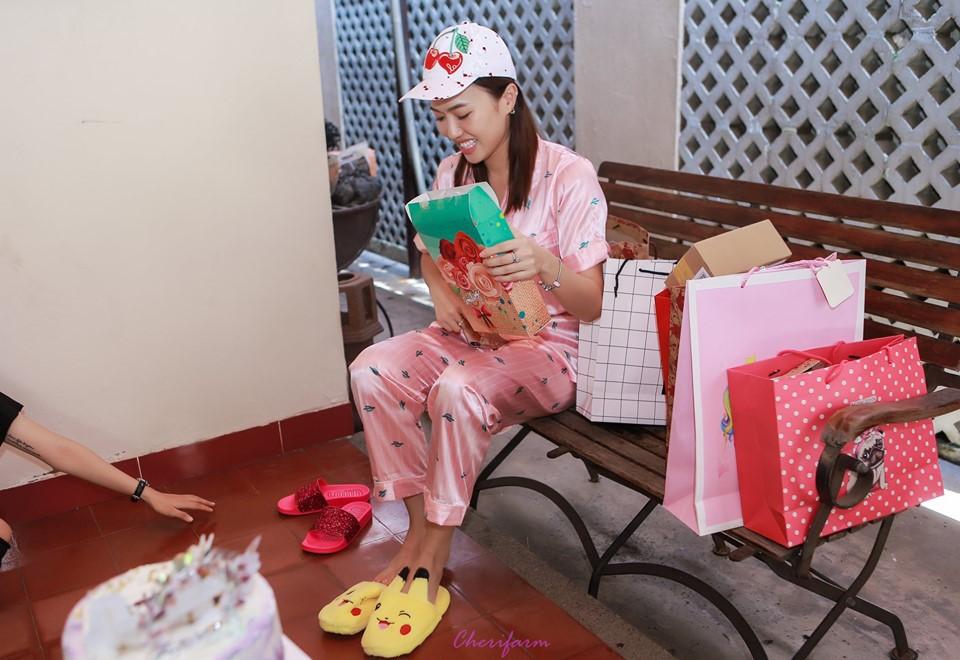 Diệu Nhi bất ngờ được fan tổ chức sinh nhật lúc đang ngủ để lộ mặt mộc và loạt biểu cảm vô cùng hài hước - Ảnh 7.