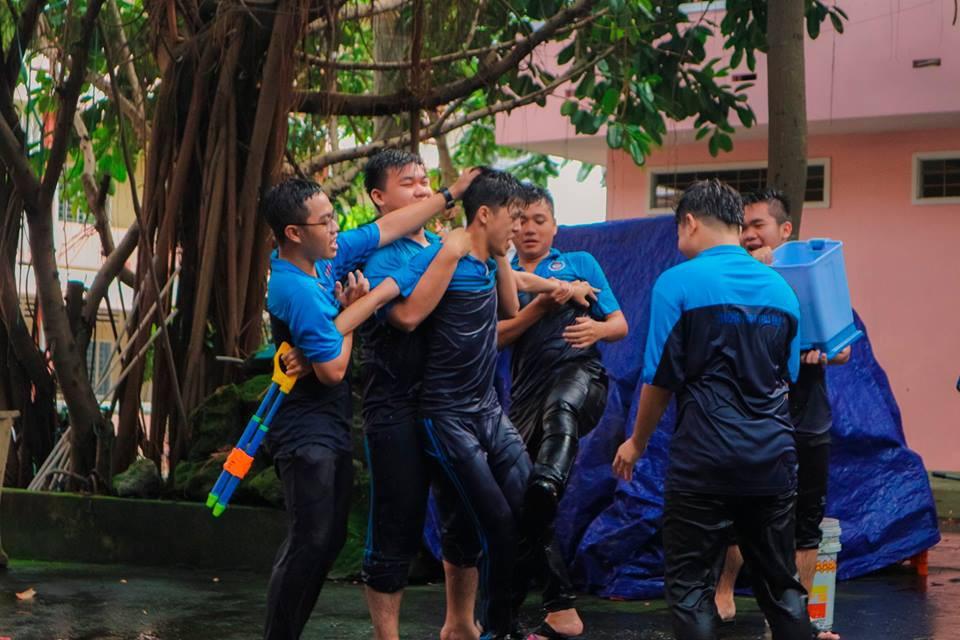 Thấy học sinh dùng súng nước bắn nhau ngày bế giảng, thầy hiệu phó mang hẳn vòi cứu hoả ra phun nước chống lại toàn trường! - Ảnh 10.