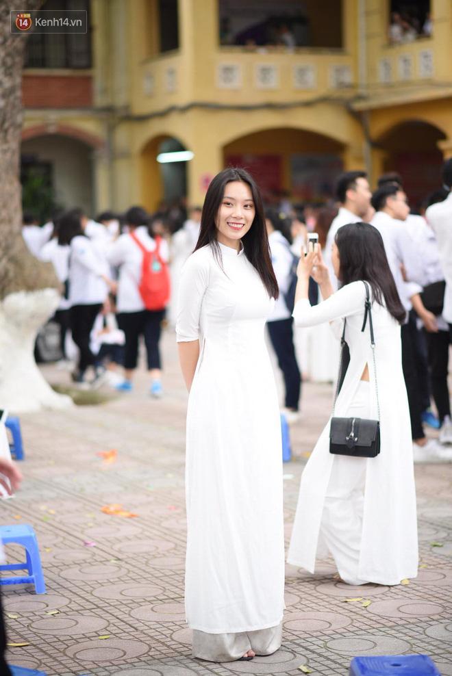 Đặc sản mùa bế giảng: Con gái Hà Nội chỉ cần diện áo dài trắng thôi là xinh hết phần người khác rồi! - Ảnh 25.