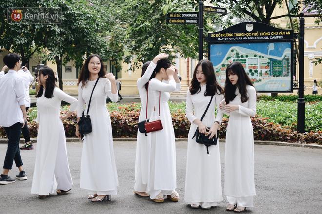 Đặc sản mùa bế giảng: Con gái Hà Nội chỉ cần diện áo dài trắng thôi là xinh hết phần người khác rồi! - Ảnh 27.