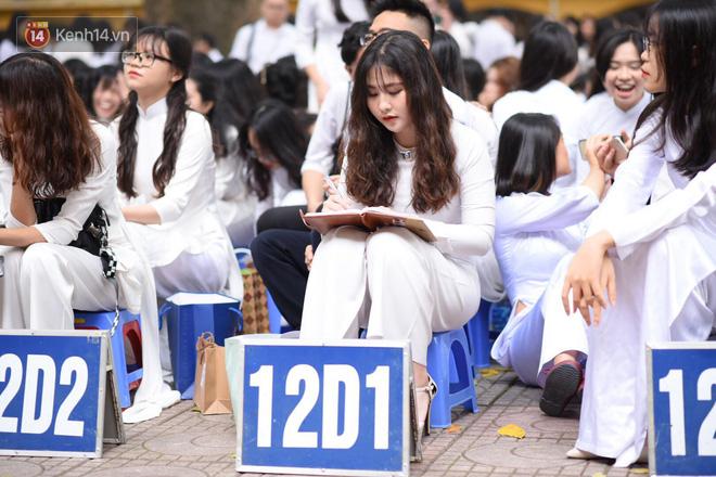 Đặc sản mùa bế giảng: Con gái Hà Nội chỉ cần diện áo dài trắng thôi là xinh hết phần người khác rồi! - Ảnh 22.