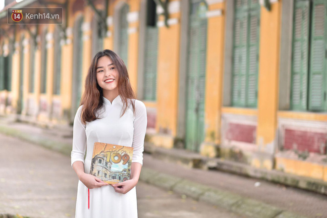 Đặc sản mùa bế giảng: Con gái Hà Nội chỉ cần diện áo dài trắng thôi là xinh hết phần người khác rồi! - Ảnh 4.