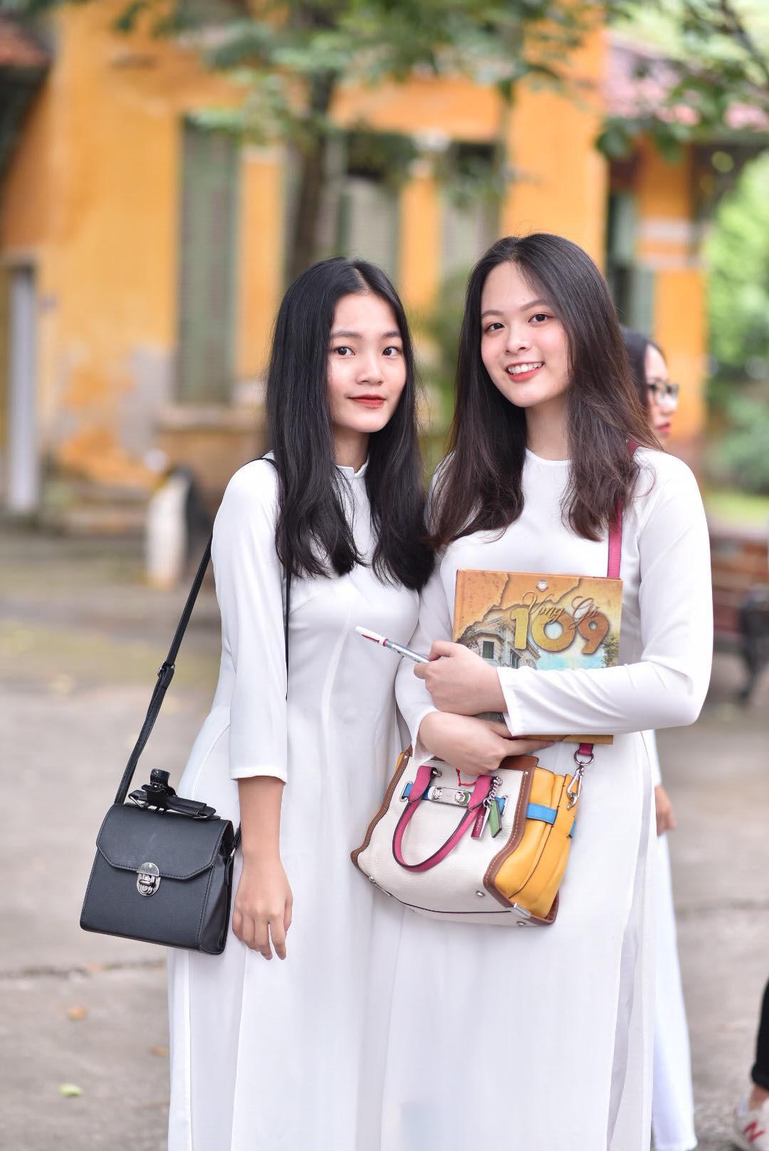 Đặc sản mùa bế giảng: Con gái Hà Nội chỉ cần diện áo dài trắng thôi là xinh hết phần người khác rồi! - Ảnh 15.