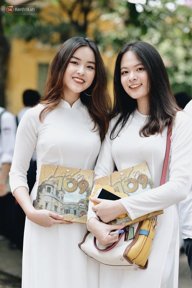 Đặc sản mùa bế giảng: Con gái Hà Nội chỉ cần diện áo dài trắng thôi là xinh hết phần người khác rồi! - Ảnh 6.