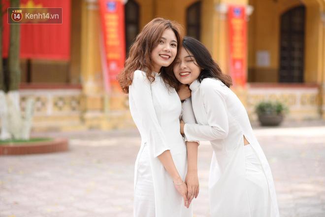 Đặc sản mùa bế giảng: Con gái Hà Nội chỉ cần diện áo dài trắng thôi là xinh hết phần người khác rồi! - Ảnh 14.