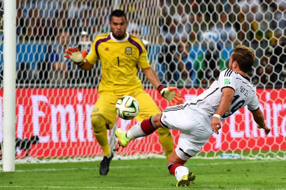 Nhật ký của người ghi bàn mang cúp vàng World Cup về nước Đức (kỳ 2): Từ kẻ phản bội đến người hùng đội tuyển quốc gia - Ảnh 4.