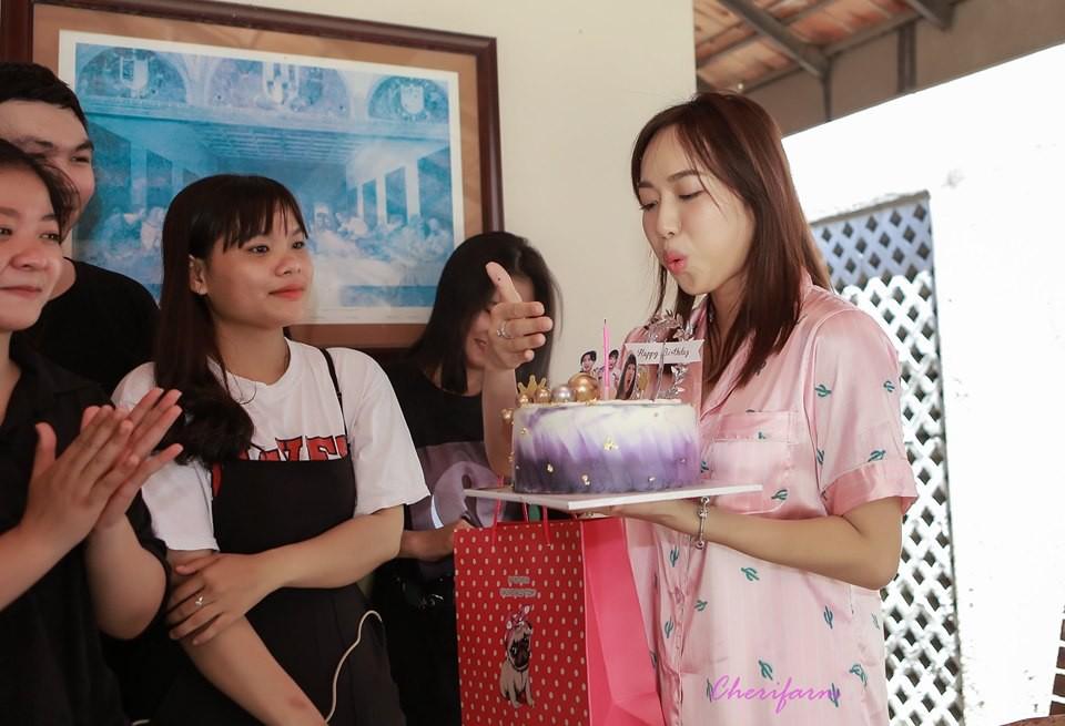 Diệu Nhi bất ngờ được fan tổ chức sinh nhật lúc đang ngủ để lộ mặt mộc và loạt biểu cảm vô cùng hài hước - Ảnh 2.