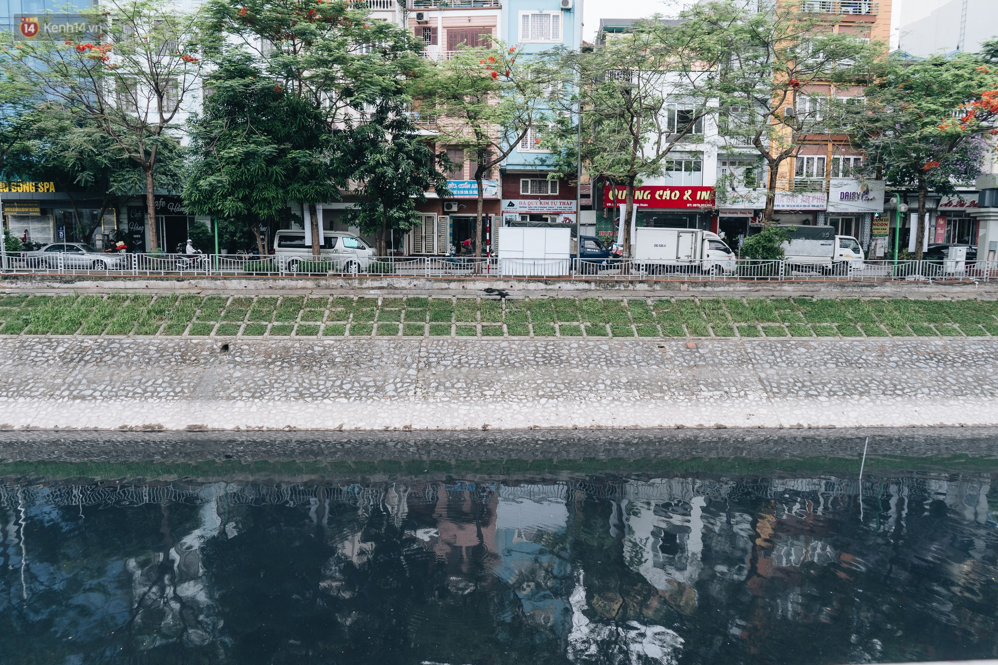 Sau một tuần dùng công nghệ nano làm sạch sông Tô Lịch, người dân vẫn tiếp tục vứt rác xuống - Ảnh 10.