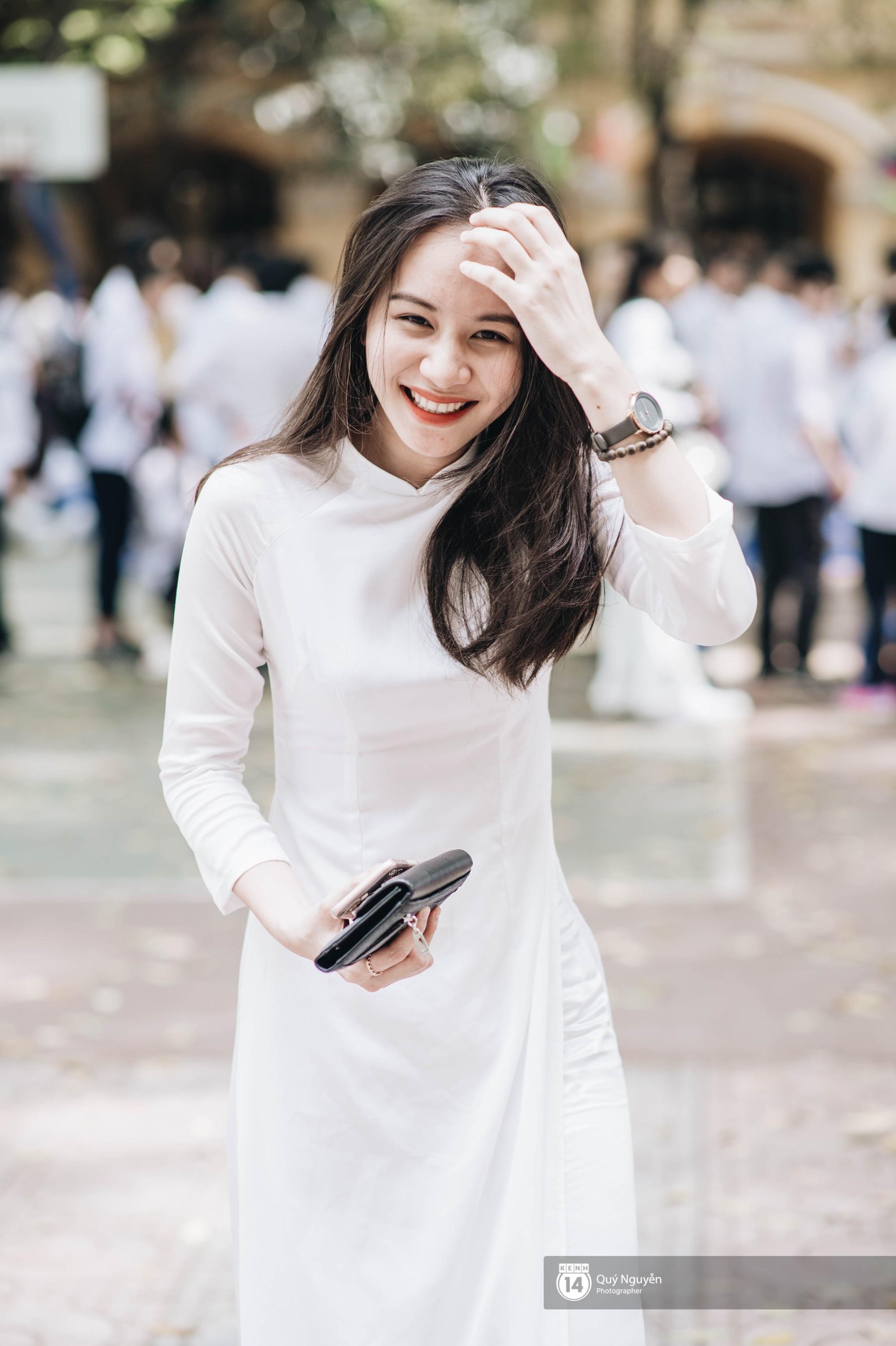 Đặc sản mùa bế giảng: Con gái Hà Nội chỉ cần diện áo dài trắng thôi là xinh hết phần người khác rồi! - Ảnh 9.