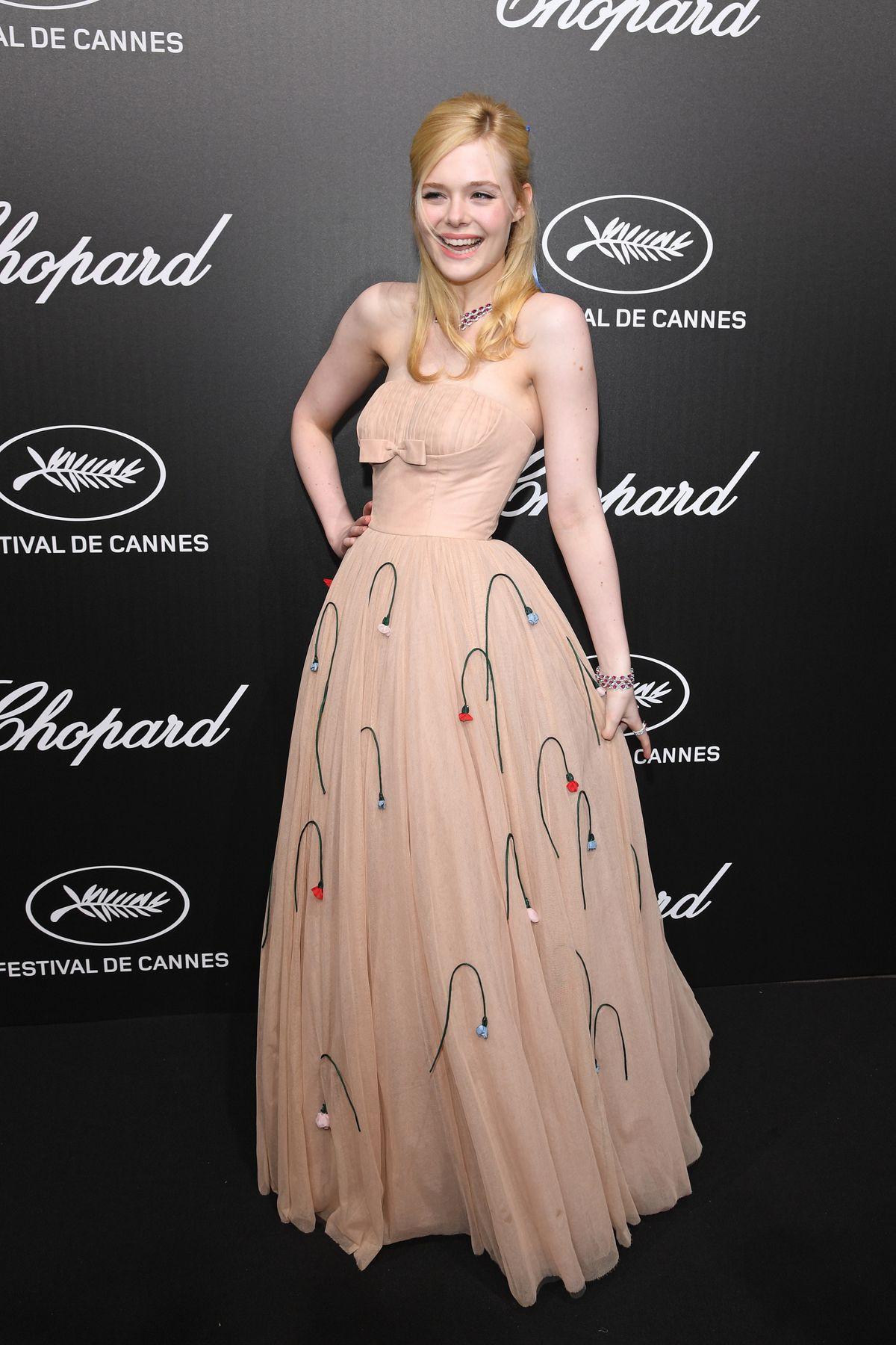 Elle Fanning lịm đi ngay giữa tiệc tại Cannes, và nguyên cớ thì là do câu chuyện váy áo y như Kim Kardashian - Ảnh 1.