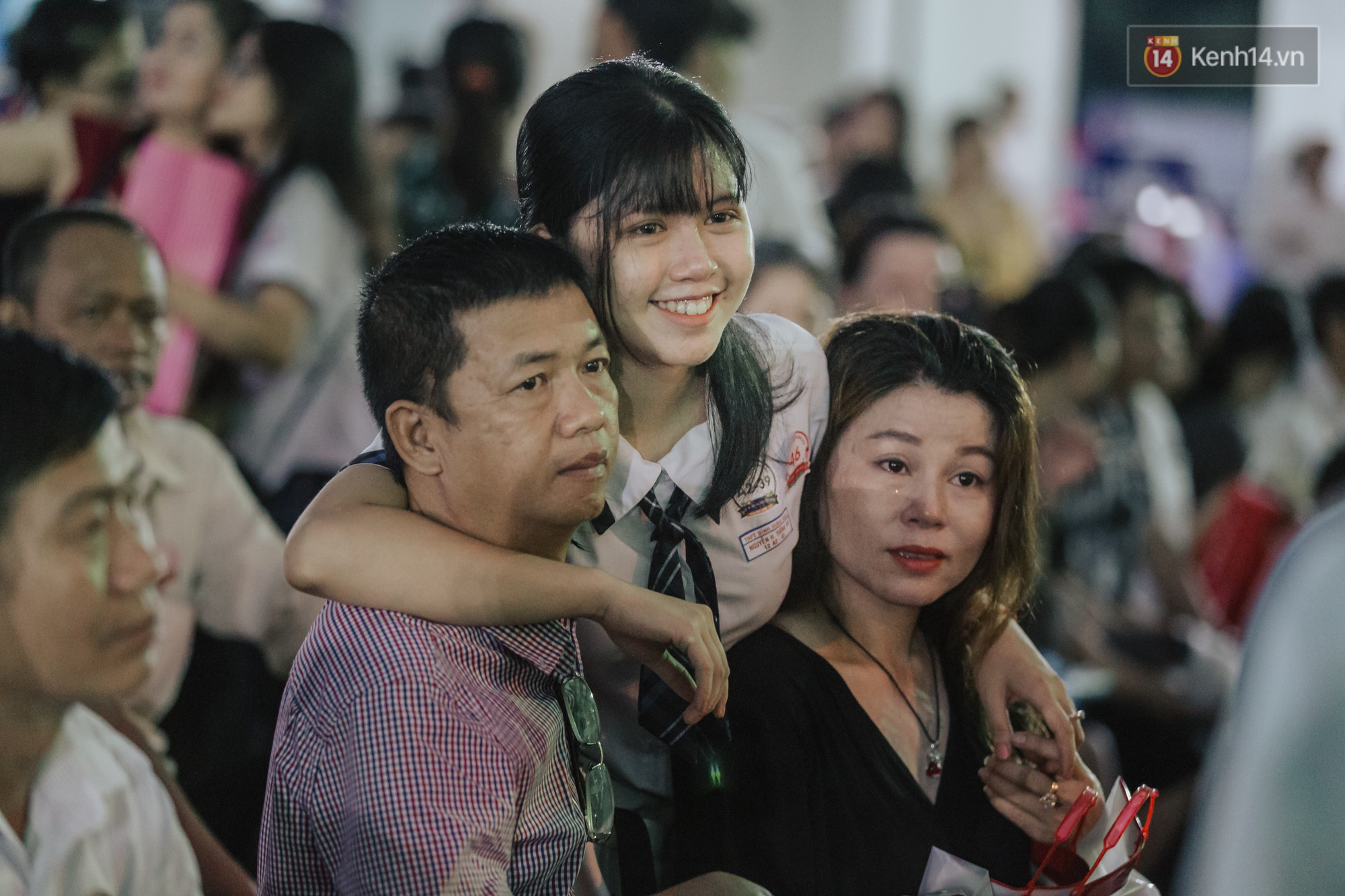 Nữ sinh hot nhất MXH Võ Ngọc Trân cùng bạn bè đội mưa tri ân thầy cô và cha mẹ - Ảnh 3.