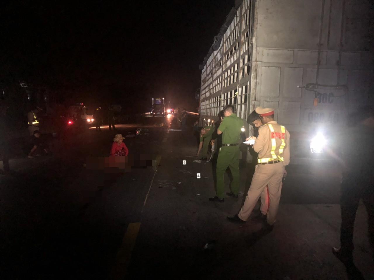 Đâm vào đuôi xe tải bị hư đang đỗ bên đường, nam thanh niên tử vong - Ảnh 1.