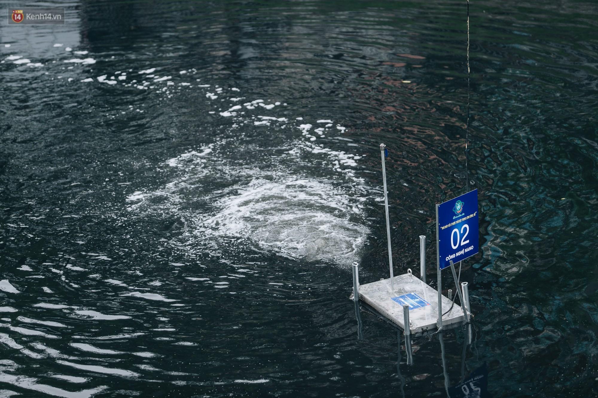 Sau một tuần dùng công nghệ nano làm sạch sông Tô Lịch, người dân vẫn tiếp tục vứt rác xuống - Ảnh 3.