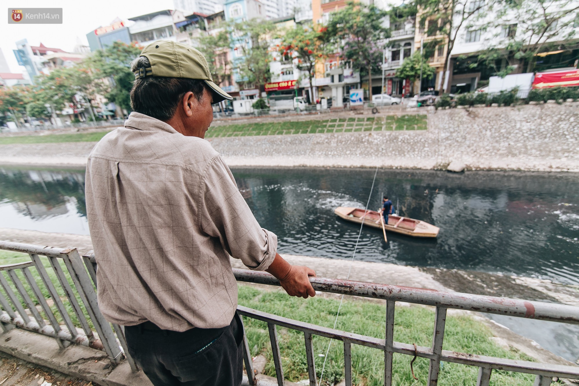 Sau một tuần dùng công nghệ nano làm sạch sông Tô Lịch, người dân vẫn tiếp tục vứt rác xuống - Ảnh 9.